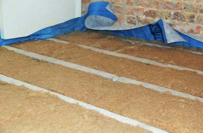 Fitting natural insulation Thermo Jute 100 between joists