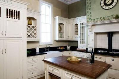 Traditional mantle kitchen
