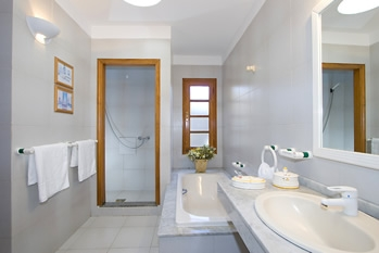 Double bedroom ensuite bath walk in shower